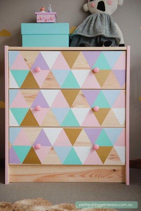 Combina tonos pasteles con formas geométricas