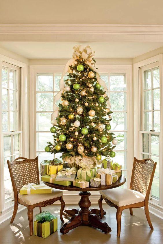 Decoración de arboles de navidad verde con dorado