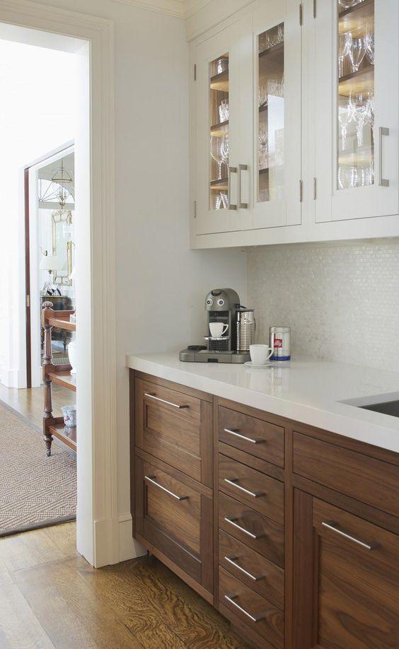 Cómo combinar gabinetes de distintos colores en tu cocina