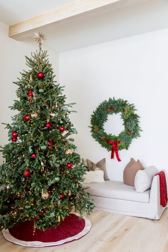 Árboles de navidad decorados en colores tradicionales